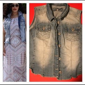 🌵Denim Distressed Maurices Vest 🌵